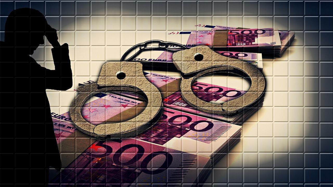 28 handcuffs fuja de dinero